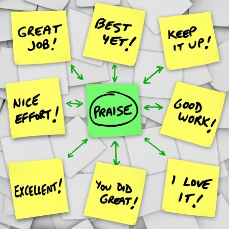 Een array van de gele post-its met woorden van lof positieve, recensies en commentaar op basis van de prestaties van iemand en prestaties