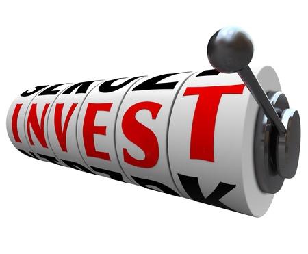 Het Invest woord op slot machine wielen symboliseert het risico en het gevaar van te investeren uw inkomen in de aandelenmarkt, obligaties of andere vorm van speculatieve investeringen