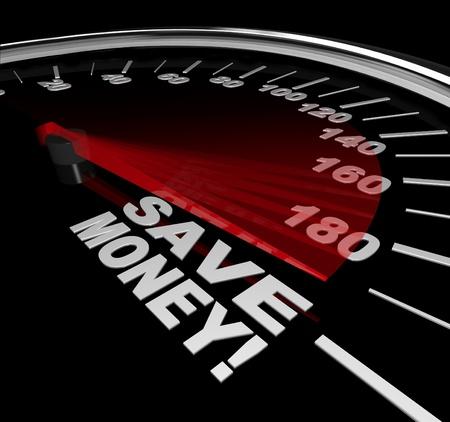 De woorden Bespaar geld op een snelheidsmeter met racing rode naald wees op grote besparingen, korting of verkoop om u te helpen rekken uw budget Stockfoto