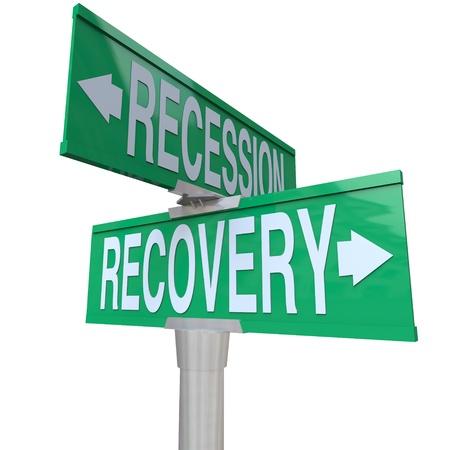 Een groene twee richtingen straatnaambord recessie en herstel in tegengestelde richtingen die aangeeft dat economische groei en terugkeer naar positieve financiële voorwaarden zou net op de weg naar