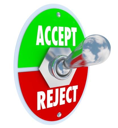 disapproving: Un metallo toggle switch con piastra lettura accettare e rifiutare, che rappresenta la vostra capacit� di approvare o rifiutare una persona o un gruppo con la tua opinione del loro valore come buono o cattivo Archivio Fotografico