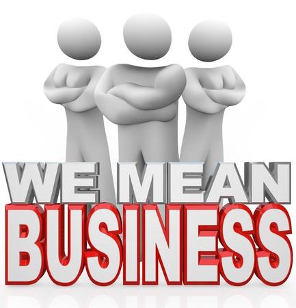 Unsinn: Drei Menschen stehen mit den Armen hinter den Worten �berquerten We Mean Business, welche die schwere Arbeit in Arbeitsgruppen zusammen, um Ihr Problem zu l�sen oder Ihren Bed�rfnissen beteiligt