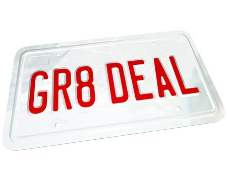 Een kentekenplaat met de letters GR8 DEAL die vertegenwoordigen de besparingen die u op een grote gebruikt of nieuw voertuig vinden terwijl het winkelen voor een auto  Stockfoto