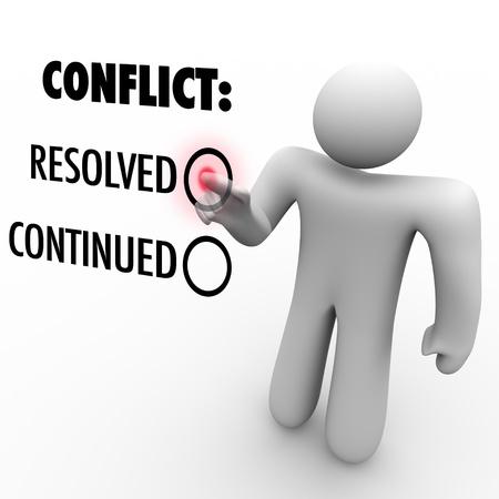 Een man drukt op een knop naast het woord opgelost conflict op te lossen een in tegenstelling tot het blijven.  Symboliseert conflictoplossing en einddatum moeilijkheid tussen twee partijen of mensen