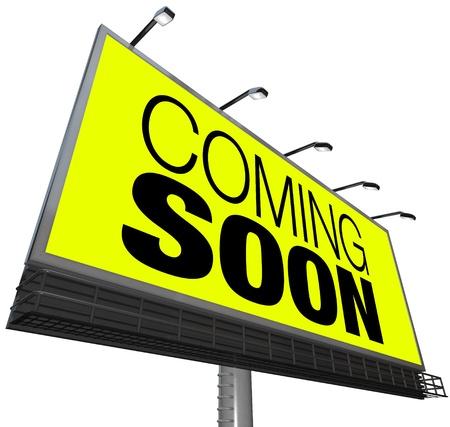 黄色の背景に大きな屋外ビルボード上の単語をすぐに来ているアドバタイズ新しいストア、グランド オープン、スニーク プレビュー映画または機能、または他のイベント、製品またはオブジェクト 写真素材 - 10599150