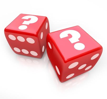 uncertain: Interrogantes sobre dos dados rojos para simbolizar un destino incierto o futuro y los riesgos de que tomar por experimentando un desaf�o o tomar una gran decisi�n Foto de archivo