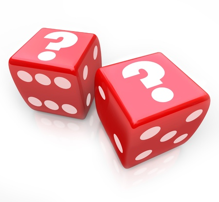 kostky: Otazníky na dvě červené kostky jako symbol nejisté osud nebo budoucnost a rizika, které užíváte tím, že podstoupí výzvu nebo při velké rozhodnutí Reklamní fotografie