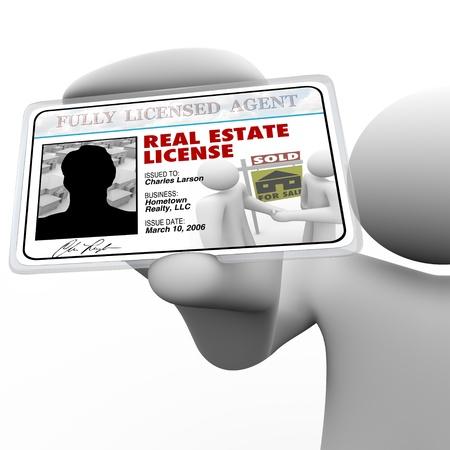 autoridades: Un agente de bienes ra�ces tiene una licencia laminada demostrando est� certificado y autorizado por las autoridades correspondientes para hacer negocios en la compra o venta de propiedad para usted  Foto de archivo