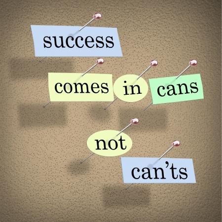 actitud positiva: El éxito viene en latas no Can'ts diciendo en pedazos de papel clavado en un tablero de corcho, un mensaje de motivación positiva la intención de inspirar a la gente para tener éxito