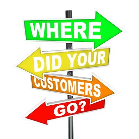 Calle de flecha coloridos varios signos con las palabras que sus clientes salieron una pregunta si están ejecutando un negocio y comercialización a los consumidores y preguntándose donde fue su base de clientes perdidos Foto de archivo - 10776279