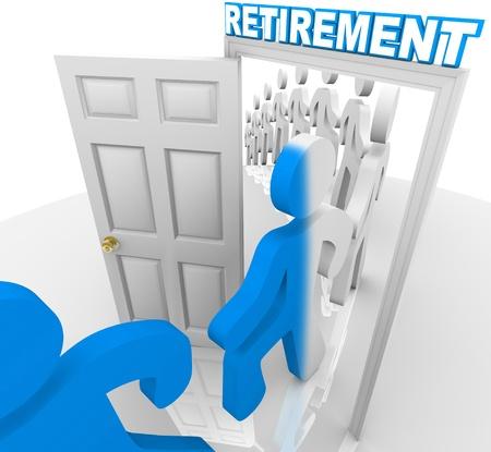 prendre sa retraite: Une ligne de personnes et de travailleurs franchissant une porte marqu�e de retraite � la retraite et le changement de couleur, devenant transform� pour repr�senter la transition hors de la main-d'oeuvre Banque d'images