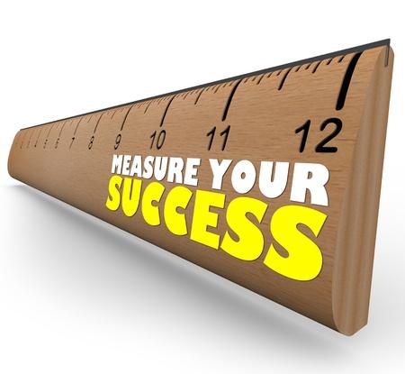 evaluating: Una regla de madera con las �xito de su medida, que representa una revisi�n, la evaluaci�n o la evaluaci�n de un trabajador, proceso u organizaci�n que trabaja hacia una meta de palabras