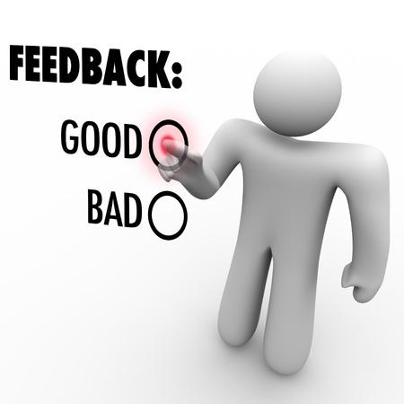 肯定的または否定的なコメントを求めてタッチ スクリーンにフィードバックおよびご意見を与えるときに男が良い単語の横にあるボタンを押す 写真素材