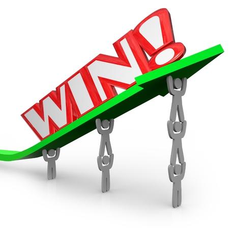 realiseren: Een team van mensen te bevrijden een pijl en het woord Win, waaruit blijkt dat wanneer mensen samen te werken kunnen ze grote dingen bereiken en het bereiken van de overwinning in het bedrijfsleven of een wedstrijd Stockfoto