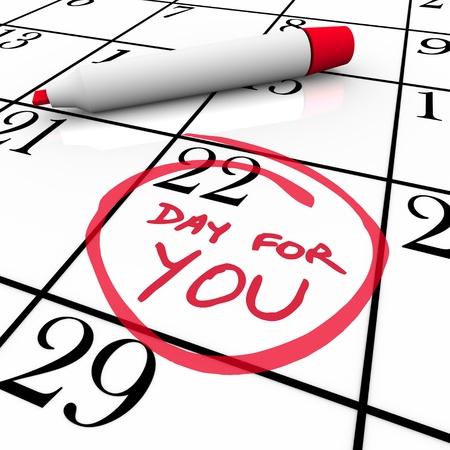 zelf doen: Een speciale dag voor u is omcirkeld op een kalender voor u om uzelf te verwennen, jezelf behandelen en in iets wat je genieten van verwennen op een vrije dag