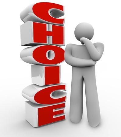 toma de decisiones: Una persona pensante está junto a la selección de palabras preguntando acerca de qué opción elegir, y tratando de pensar en la decisión correcta