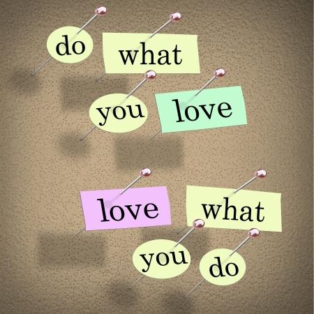 Stukjes papier die elk een woord gespeld om een kurk boord het lezen van Do What You Love, Love What You Do - advies voor een succesvolle carrière of baan dat u zult genieten