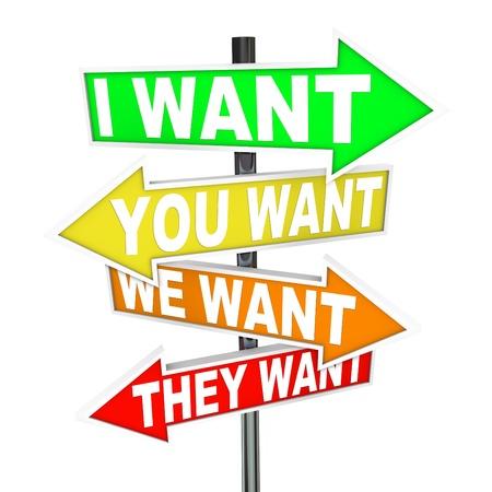 Mehrere bunte Pfeil Straßenschilder mit den Worten: I Want, Sie wünschen, wir, sie wollen was einem Streit oder Differenzen in Wünsche und was wir zu priorisieren