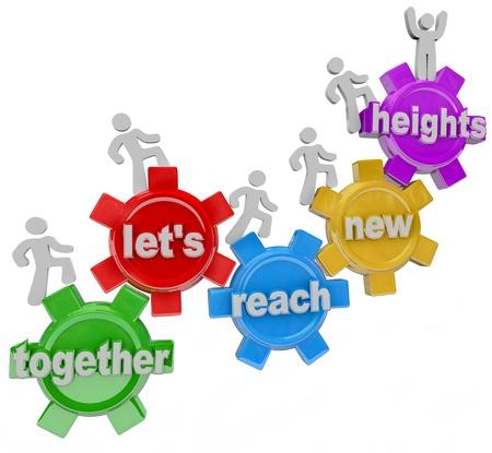 sinergia: Un equipo de personas que caminan upword de engranajes conectados con las palabras Juntos Vamos a alcanzar nuevas alturas que representa el éxito y la mejora que se pueden obtener gracias a la colaboración y la cooperación