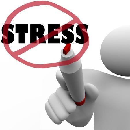 overcoming: Una persona dibuja un círculo con una barra sobre la tensión de la palabra como símbolo de la reducción o eliminación de pensamientos estresantes, las acciones u otros factores que generan ansiedad o tensión en la vida