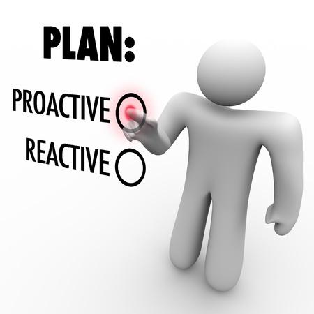 plan de accion: Un hombre pulsa un bot�n al lado de la palabra proactivo en lugar de reactiva que simboliza la decisi�n de tomar acci�n y la iniciativa para hacer mejoras o los primeros pasos para el �xito