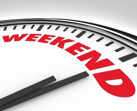 przypominać: Biały zegar z Weekend słowo przypomnieć, nadszedł czas na koniec tydzień relaksu, zabawy i rekreacji Zdjęcie Seryjne