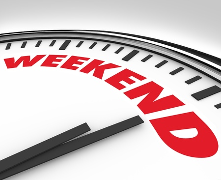 anticiparse: Reloj blanco con el fin de semana la palabra para recordarle que es hora para el final de la relajaci�n de la semana, diversi�n y recreaci�n