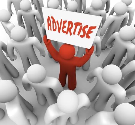 사람은 기호 또는 배너 독서는 고객을 유치하기 위해 군중에서 광고 보유 스톡 콘텐츠