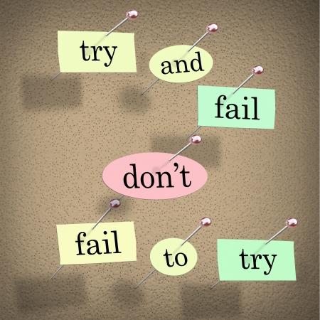 inspirerend: Stukjes papier die elk een woord gespeld om een kurk boord lezen Probeer Fail niet Fail to Try