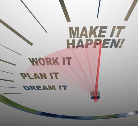 Een witte snelheidsmeter achtergrond met woorden die stappen ondernemen om het bereiken van succes - Dream, Plan, Werk, Make It Happen Stockfoto