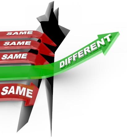 hiebe: Mehrere rote Pfeil mit dem Wort Gleiche Sturz in einen Abgrund, aber ein erfolgreicher gr�ner Pfeil mit dem Wort Unterschiedliche steigt auf einen Wettbewerb zu gewinnen, als Symbol f�r die Macht der neuen, einzigartigen Ideen und Innovationen Lizenzfreie Bilder