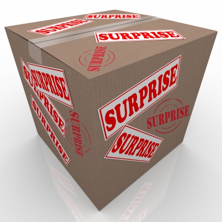 Una scatola di cartone con adesivi e francobolli di lettura Surprise, che rappresenta un dono, elemento di mistero presente o altro inviato attraverso la posta Archivio Fotografico