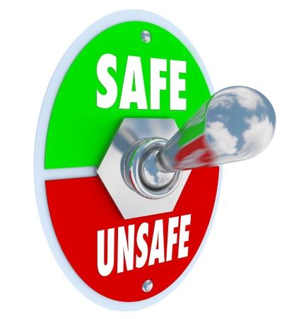 Un interruptor de palanca de metal con placa de la lectura de seguros y no seguros, se cambió a la posición de seguridad, lo que demuestra la decisión de tomar medidas para proteger y salvaguardar sus objetos de valor, la familia o el trabajo