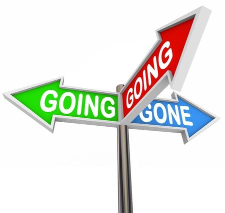 Tres signos de flecha coloridos lectura Going, Going, Gone para representar a salir o en movimiento, o el cierre de una venta o subasta con artículos vendidos al mejor postor Foto de archivo