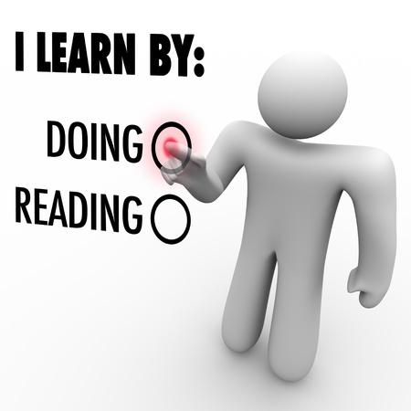 남자는 새로운 기술이나 지식을 배우고 자신의 선호하는 방법을 나타 내기 위해하고있는 단어 옆에있는 버튼을 누르면 스톡 콘텐츠