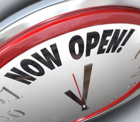 Eine Uhr mit den Worten ankündigte, jetzt eröffnet ein Ladengeschäft oder andere Geschäft hat für einen großen Eröffnung geöffnet und steht für Sie bereit nach innen zu kommen Standard-Bild - 12232116