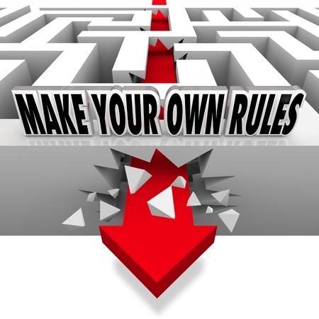 regel: Een rode pijl breekt vrij van de muren van een doolhof met de woorden Maak je eigen regels te vertegenwoordigen als onafhankelijk en in kaart brengen van je eigen cursus