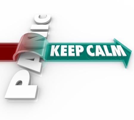 composure: Le parole Mantieni la calma su una freccia saltando il Panico parola che mostra l'importanza di mantenere la calma nonostante le pressioni e lo stress