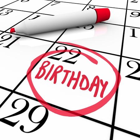 circled: Un d�a con el cumplea�os de la palabra un c�rculo en un calendario como recordatorio de una fiesta o celebraci�n en honor de usted, un amigo, familiar o compa�ero de trabajo Foto de archivo