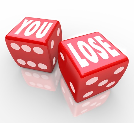 dados: Las palabras a perder en dos dados rojos que simbolizan las probabilidades 50-50 de ganar o perder en un juego o competición y el fracaso de no ser el vencedor Foto de archivo