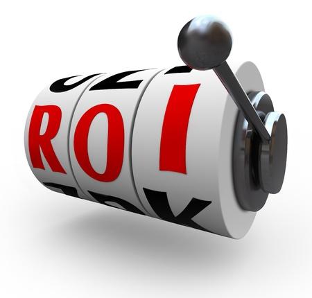 retour: Risico in beleggen wordt gesymboliseerd door de drie gokautomaat wielen of belt met de letters ROI die return on investment in