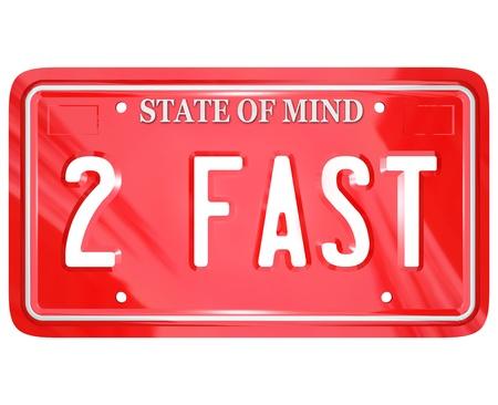 plaque immatriculation: Une plaque rouge de licence avec la vanit� des lettres et des mots 2 Fast pour symboliser un pilote rapide ou de course quelqu'un � battre ses concurrents