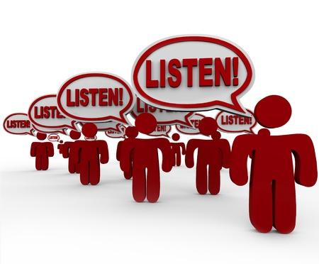 poner atencion: La palabra �Escucha! en las burbujas del discurso que se hablan por las personas que se reunieron para hacer o�r su voz y conseguir que prestar atenci�n y escuchar sus demandas Foto de archivo