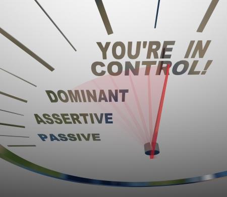 destin: Un indicateur de vitesse avec l'aiguille pointant vers les mots vous �tes en contr�le, en passant passif, assertif et dominante, illustrant la fa�on dont vous pouvez gagner l'autorit� Banque d'images