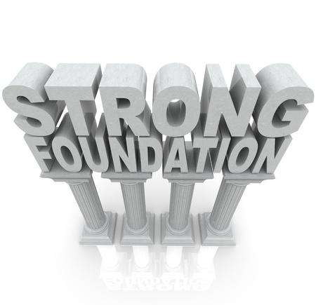 De woorden sterke basis boven op grote granieten of marmeren zuilen om kracht, veerkracht, dependibility en een solide achtergrond symboliseren