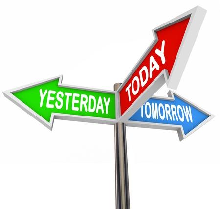 Tres signos de flecha coloridos lectura Ayer, hoy y mañana en representación del pasado, presente y futuro destino viene para usted, apuntando en direcciones diferentes