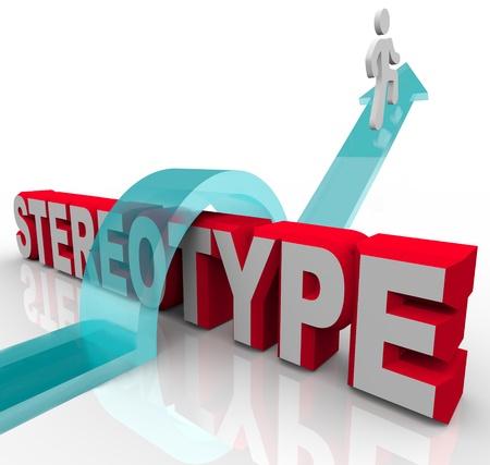 estereotipo: Un hombre monta una flecha para saltar por encima de la palabra estereotipo para ilustrar el poder de la justicia y la equidad en la superación de estereotipos, la discriminación y el racismo
