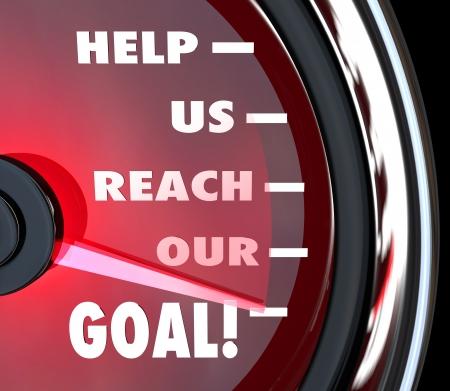 Un tachimetro rosso con l'ago in aumento oltre le parole ci aiutano a raggiungere il nostro obiettivo di comunicare un appello di raccolta fondi per il sostegno, lavoro di squadra, donazione o altri mezzi di assistenza