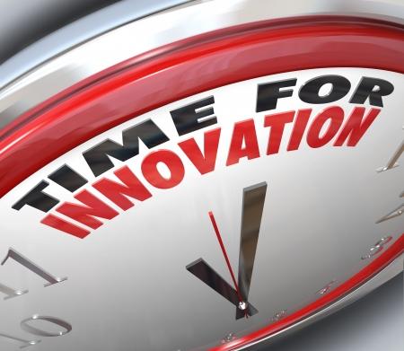 pensamiento creativo: Un reloj con la hora de las palabras para la Innovaci�n y las manos que apuntan a ellos, que ilustra la necesidad de cambio y pensamiento creativo para resolver un problema o alcanzar una meta Foto de archivo