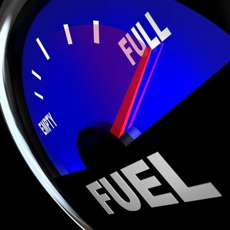 De naald wijst naar Full on een brandstofmeter die een gevulde benzinetank, zodat u de kracht en de energie die nodig is om een bestemming te bereiken of te voltooien van een missie Stockfoto